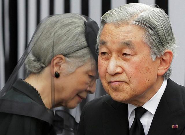 Nhật hoàng Akihito (phải) cùng với Hoàng hậu Michiko. Ảnh: REUTERS