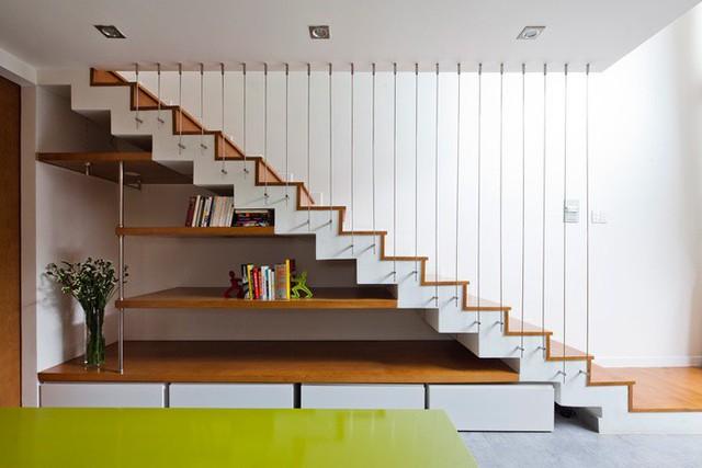 Những bậc thang gỗ kết hợp với dây cáp giúp ngôi nhà càng thêm thoáng, rộng.