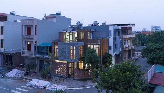 Nằm ở khu đô thị mới của thành phố Hải Dương, ngôi nhà được thiết kế với hình dáng khác biệt hoàn toàn với những ngôi nhà cùng khu phố.