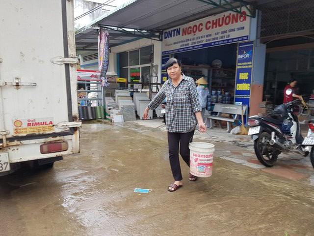 Người dân vùng rốn lũ huyện Tuy Phước phải xin nước giếng để nấu nướng
