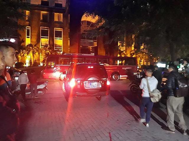 Lực lượng chức năng đang thực hiện nhiệm vụ liên quan tại nhà ông Đinh La Thăng (Hà Nội). Ảnh: TUYẾN PHAN