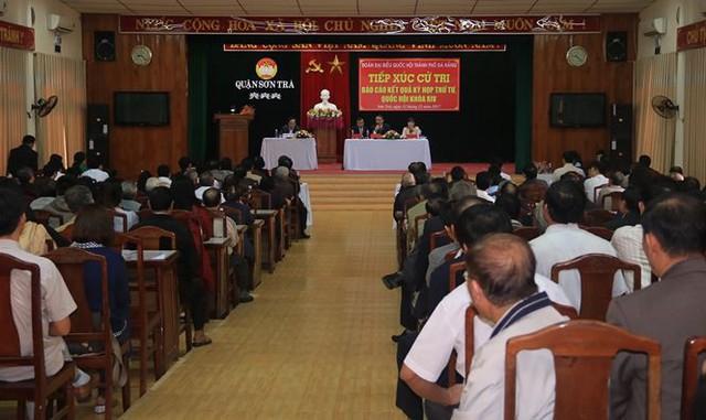 Quang cảnh buổi tiếp xúc cử tri quận Sơn Trà của đoàn Đại biểu Quốc hội thành phố Đà Nẵng. Ảnh Nguyễn Thành