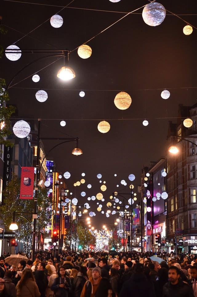 Một con phố được trang hoàng bởi những quả cầu lấp lánh tại Oxford, Anh Quốc.