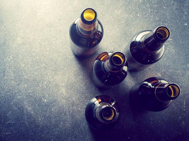 Uống quá nhiều đồ uống có cồn trong thời gian dài có thể dẫn đến bệnh viêm gan do rượu.