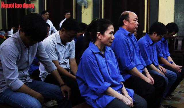 Bị cáo Nguyễn Thị Hoàng Oanh (nữ ngoài cùng) xin được hiến xác cho y học nếu bị tuyên án tử.