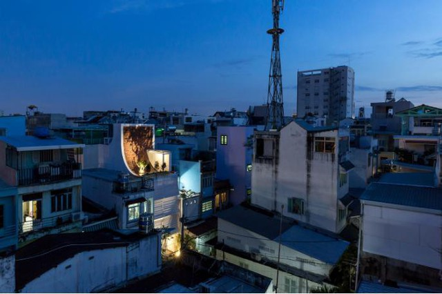 Ngôi nhà với hình dáng mái cong khác lạ nổi bật giữa khu dân cư đông đúc ở Sài Gòn.