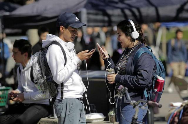Hướng dẫn của CDPH khuyên mọi người nên dùng tai nghe và để điện thoại cách xa đầu.