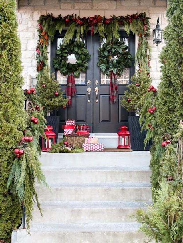 Khi trang trí nhà dịp noel, cánh cửa là nơi không thể bỏ qua. Với rất nhiều cây thông lớn nhỏ,vòng nguyệt quế cùng những gói quà cũng đủ cho lối ra vào vô cùng hút mắt.