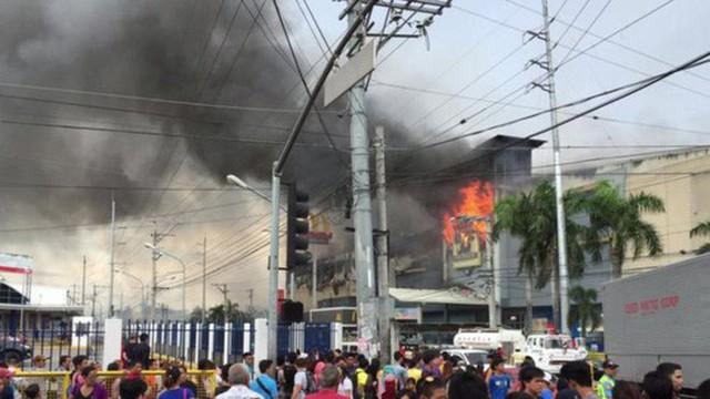 Hình ảnh trung tâm thương mại ở TP Davao - Philippines, bị cháy hôm 23-12. Ảnh: BBC
