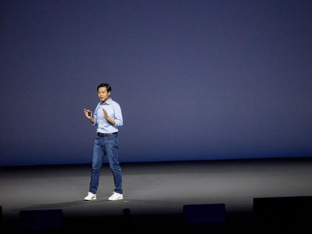 Lei Jun, giám đốc điều hành của Xiaomi, trong buổi ra mắt Mi Mix 2