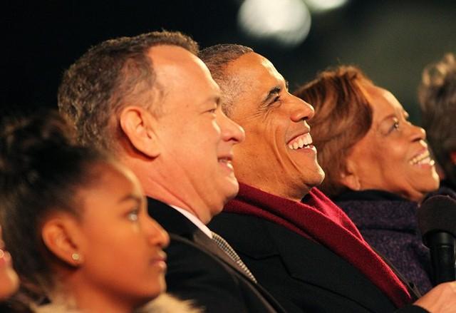 Barack Obama và Tom Hanks cười tươi khi xem một chương trình tháng 12/2014. Nam diễn viên gạo cội Tom Hanks là người luôn thể hiện sự ủng hộ mạnh mẽ đối với vị tổng thống da màu từ nhiều năm qua. Ông từng đùa rằng sẽ chẳng sao nếu Obama tiếp tục làm tổng thống thêm một nhiệm kỳ nữa. Năm 2016 ư, tôi sẽ bầu cho Barack Obama. Đúng vậy đấy. Thêm 4 năm nữa, Tom Hanks nói. Ảnh: Getty.