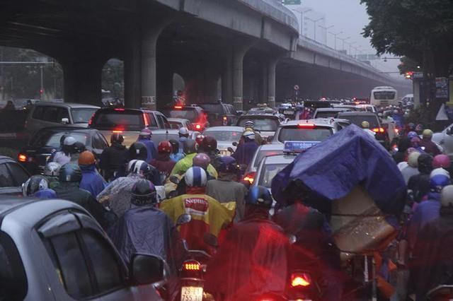 Hà Nội mưa tầm tã, đường tắc nghẹt khắp ngả - ảnh 12