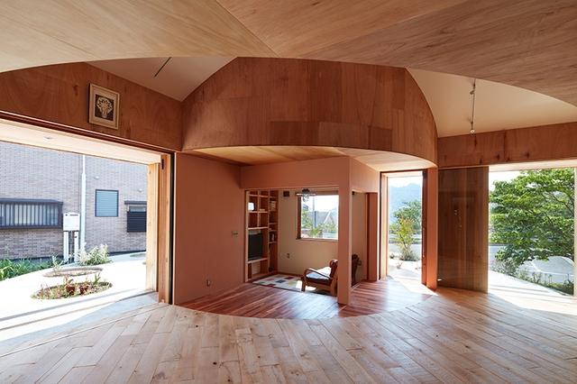 Nhờ thiết kế đặc biệt mà ngôi nhà không chỉ được cung cấp ánh sáng vào ban ngày mà chủ nhà còn có thể thoải mái ngắm cảnh núi non bao quanh ngay cả khi ngồi bên trong ngôi nhà.