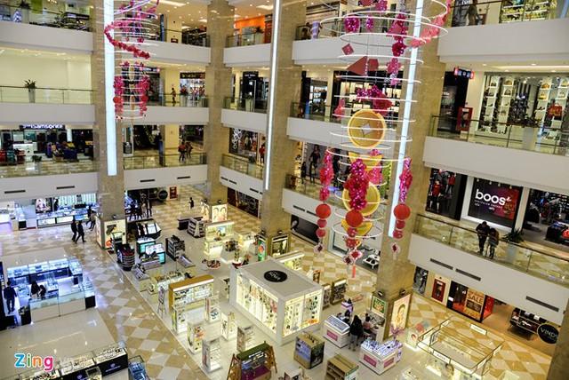 Chị Lan (nhân viên quầy mỹ phẩm) cho biết quầy mở cửa từ mùng 4 nhưng lượng khách đến tham quan, mua sắm không đáng kể.