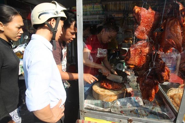 hịt heo là một trong những lễ vật trong mâm lễ cúng Thần Tài. Từ sáng, nhiều người dân đã chen chúc tại các cửa hàng bán thịt heo quay để mua được loại ngon nhất.