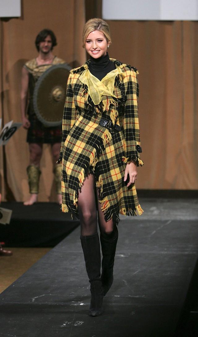 Ivanka sải bước trong một show diễn của Versace. Ảnh: Getty Images.