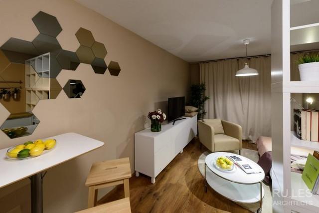 Những món đồ nội thất trắng muốt kết hợp trên nền nâu của gỗ và tường nhà khiến không gian nơi đây trở nên sang trọng hơn.