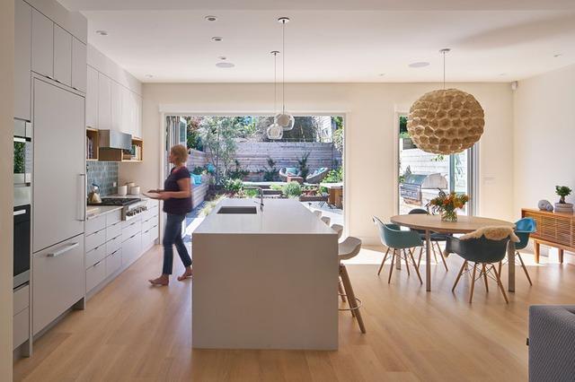 Hệ thống tủ kệ được thiết kế đặc biệt linh hoạt và gọn gàng giúp khu bếp lúc nào cũng thoáng sáng và sạch sẽ.