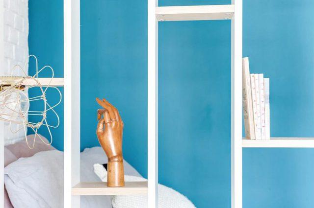 Hệ kệ này là sự lựa chọn lý tưởng thay vì dùng rèm hay tường ngăn bởi nó vừa bảo đảm độ sáng vừa đủ cho khu nghỉ ngơi, vừa là không gian trang trí những đồ lưu niệm, giá sách vô cùng thuận tiện cho chủ nhà.