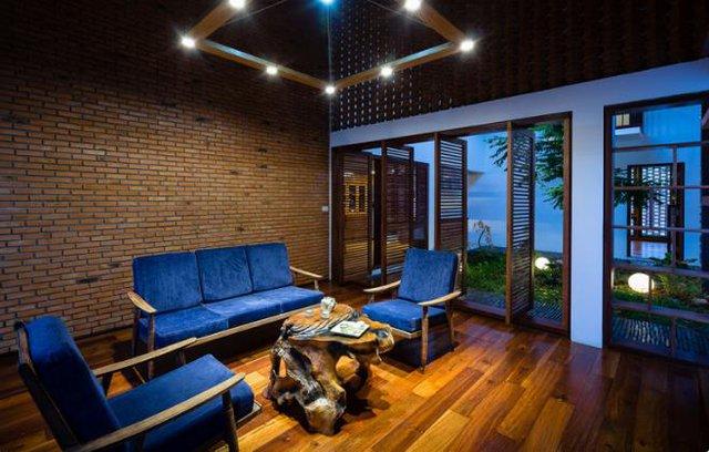 Bên trong ngôi nhà nội thất hầu như được sử dụng bằng vật liệu gỗ đơn giản kết hợp gạch nung, đem đến cảm giác bình dị, gần gũi cho con người.