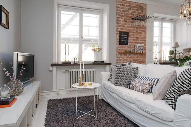Dù diện tích khiêm tốn nhưng phòng khách vẫn được lựa chọn ở vị trí đẹp nhất của ngôi nhà. Nơi đây được bố trí khá ấn tượng với màu trắng làm gam màu chủ đạo, làm màu nền.