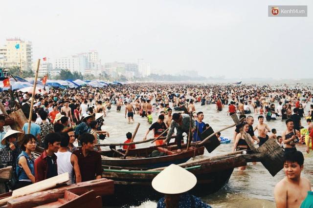 Những chiếc thuyền đánh cá nằm xen lẫn vào khu vực tắm biển của du khách khiến khung cảnh bãi biển trở nên lộn xộn. Ảnh: Thu Hường