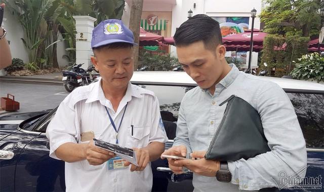 Sau khi khách hàng lấy xe, nhân viên nhập liệu trên máy tính bảng và phiếu gửi được in ra