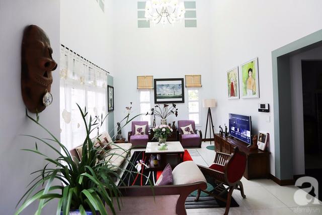 Hai bức tranh của con anh chị tự vẽ được treo trang trọng bên bức tường đối diện sofa chính.