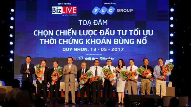 Ban tổ chức tặng hoa cám ơn các diễn giả đã tham dự buổi tọa đàm (Ảnh: Chu Văn Hoàn)