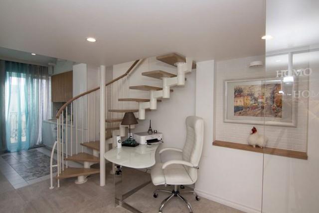 Góc nhỏ cạnh cầu thang dẫn lên gác xép được tận dụng làm góc làm việc xinh xắn.