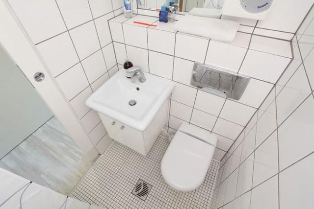 Nhà vệ sinh nhỏ nhưng sạch sẽ và sắp xếp ngăn nắp.