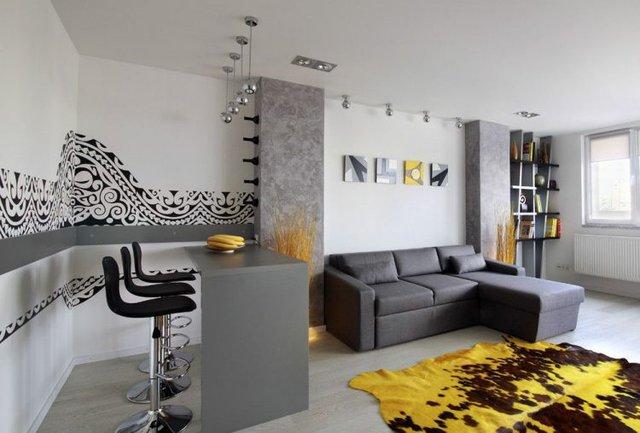 Không gian nơi đây còn đươc tô điểm bởi sắc vàng óng bắt mắt của tấm thảm trải sàn và những món đồ nội thất trang trí khác.