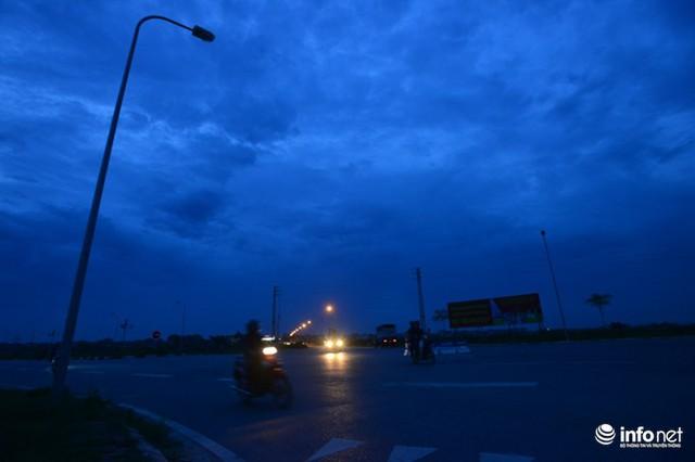 Người dân sính sống quanh tuyến đường nghìn tỷ này đang mong muốn các cơ quan chức năng sớm vào cuộc, đưa điện về chiếu sáng, khẩn trương khắc phục tình trạng có đèn nhưng không có điện, gây nguy hiểm cho người dân khi tham gia giao thông.
