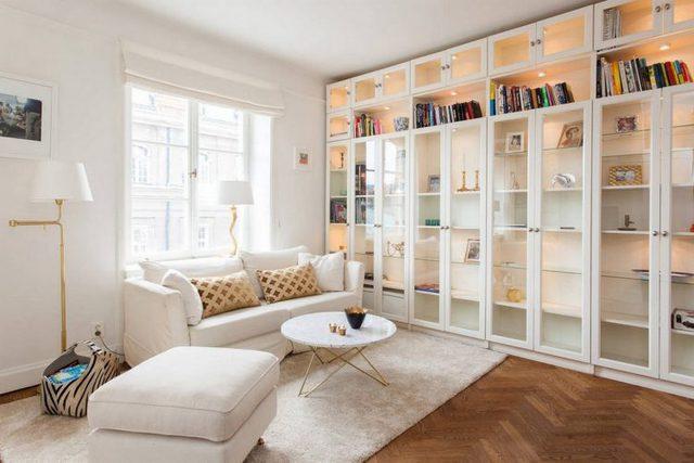 Ngoài vai trò trang trí cho không gian tiếp khách với những đồ lưu niệm, nơi đây còn được dùng làm giá sách tiện dụng cho chủ nhà.