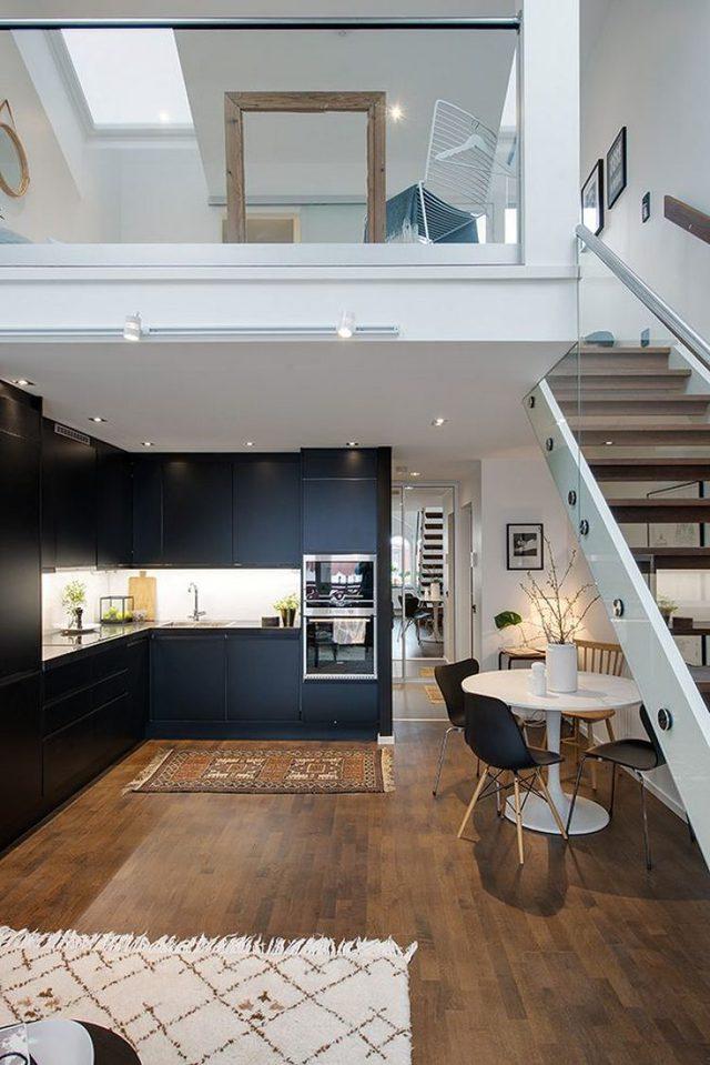 Theo cầu thang nhỏ là gác xép, nơi bố trí phòng ngủ cho chủ nhà.