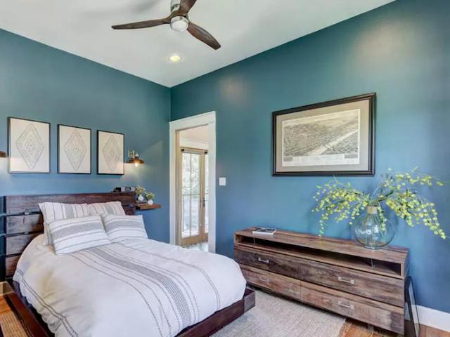 Không gian phòng ngủ được sơn màu xanh tạo cảm giác thoải mái cho người sử dụng.