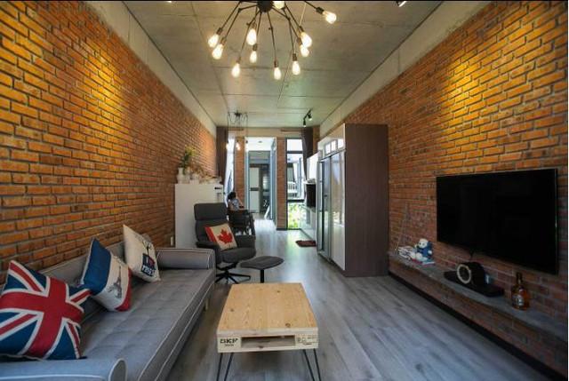 Khối nhà ở giữa rộng nhất được bố trí với phòng khách và bếp ăn. Hai khối nhà 2 bên là phòng ngủ và khu vệ sinh của gia đình.