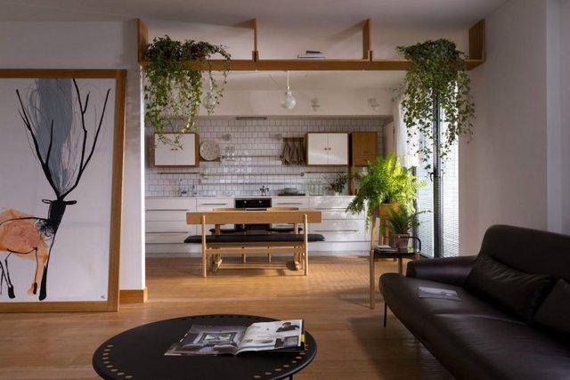 Không chỉ có cây xanh, hầu hết nội thất trong nhà đều được làm bằng gỗ mang lại bầu không khí ấm áp, thân thiên và vô cùng gần gũi.