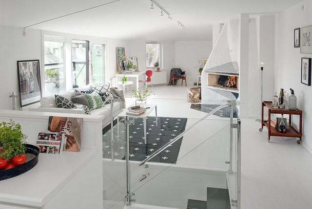 Phía đối diện là khu vực dành cho phòng khách, góc thư giãn và ban công ngoài trời tuyệt đẹp.