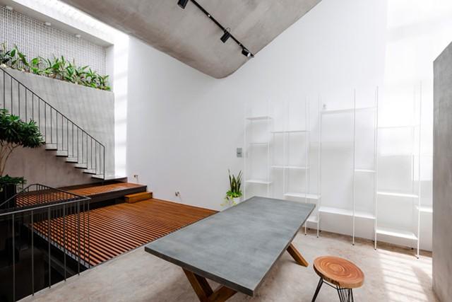 Không gian này cũng là góc làm việc lý tưởng tràn ngập ánh sáng cho chủ nhà.