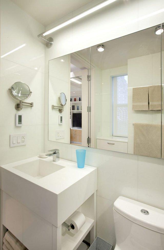 Chiếc gương lớn giúp nhân đôi diện tích phòng tắm.