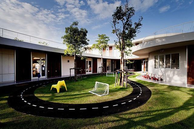 Trường mầm non Quốc tế Kensington ở Bangkok (Thái Lan) với thiết kế đặc biệt khơi dậy trí tưởng tượng của trẻ. Những đường cong từ những bức tường trong khuân viên khiến không gian trở nên mềm mại, không bị thô cứng.