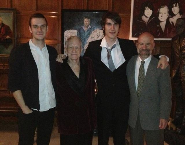 Gia đình hạnh phúc của Hefner, David đã ngoài 60 tuổi trong khi hai người em chưa đến 30