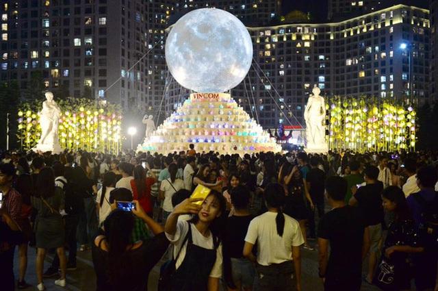 Biểu tượng mặt trăng khổng lồ thu hút các bạn trẻ. Ảnh: Phương Thảo