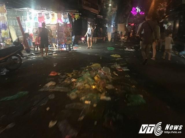 Hình ảnh rác thải ngập ngụa khắp con phố chỉ vài tiếng trước còn lung linh sắc màu Trung Thu khiến không ít người dân Thủ đô cảm thấy xấu hổ.