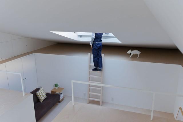 Không gian tiếp khách được thiết kế thấp hơn hẳn so với mặt sàn bếp tuy nhiên không vì thế mà tầm nhìn bị hạn chế nhờ một khung cửa kính lớn trên trần.