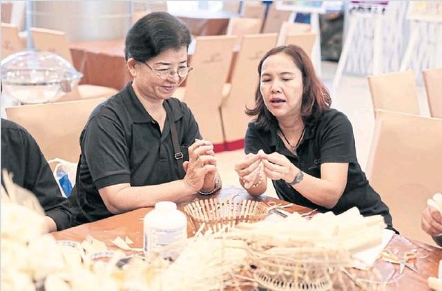 Theo quan niệm lâu nay của người dân Thái Lan, mùi hương của gỗ đàn hương sẽ dẫn linh hồn người quá cố lên thiên đường.