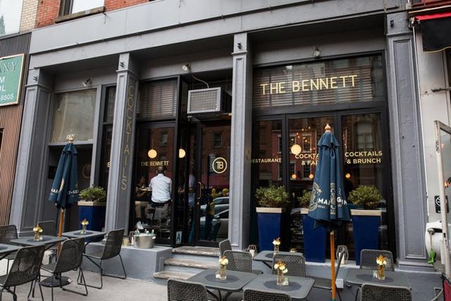 Nếu muốn uống một thứ gì đó xa xỉ tại Tribeca, bạn có thể ghé thăm The Bennett và thưởng thức lý cocktail trị giá 15 USD, tại đây họ còn dạy các khách hàng cách pha trộn để làm nên loại đồ uống cho riêng mình nữa đấy!