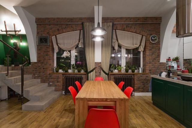 Bộ bàn ăn được dành riêng một vị trí đẹp nhất, sáng nhất cạnh cửa sổ.