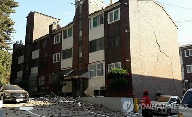 Một căn nhà chịu tổn thất nặng nề từ trận động đất vừa rồi (Yonhap News)